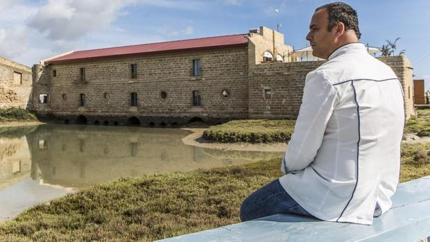 Ángel León, junto al molino donde instaló su restaurante Aponiente