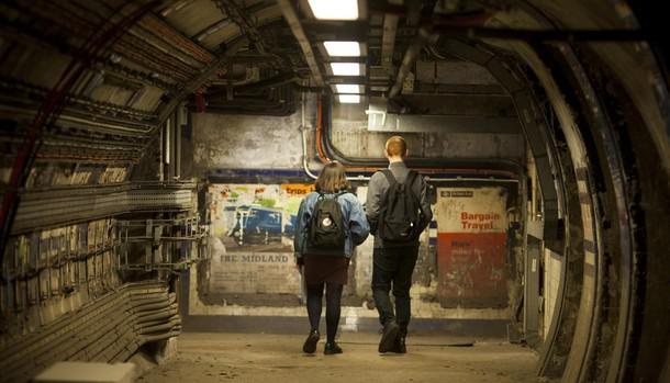 Dos turistas en las instalaciones abandonadas de Euston
