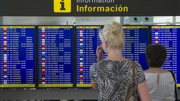 Afectados por los retrasos y cancelaciones de vuelos en el verano de 2016, en Barcelona