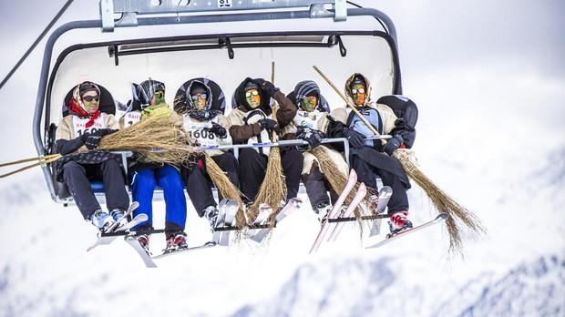 Participantes en la carrera de brujas que se celebra en enero en el Valais