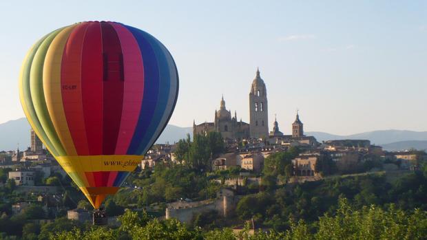 Un globo sobrevuela la ciudad de Segovia