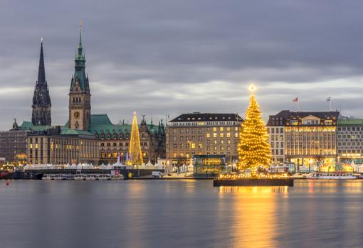 Vista del paseo urbano Jungfernstieg en Hamburgo desde el lago Alster