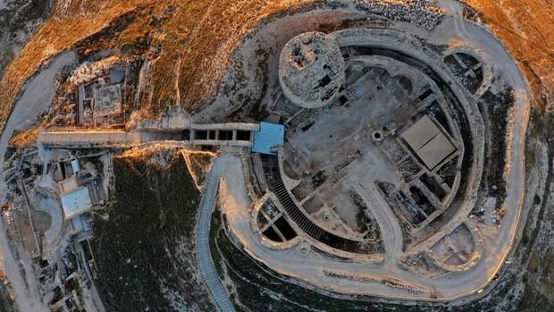 Vista aérea de la fortaleza de Herodium, con el sitio de la tumba del rey Herodes y el teatro construido por Herodes el Grande entre el 23 y el 15 a. C. en el desierto de Judea