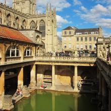 Vista de la piscina grande de las termas romanas de Bath